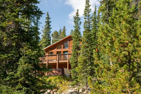 Hideaway in the Trees: Adventure with a Hot Tub!