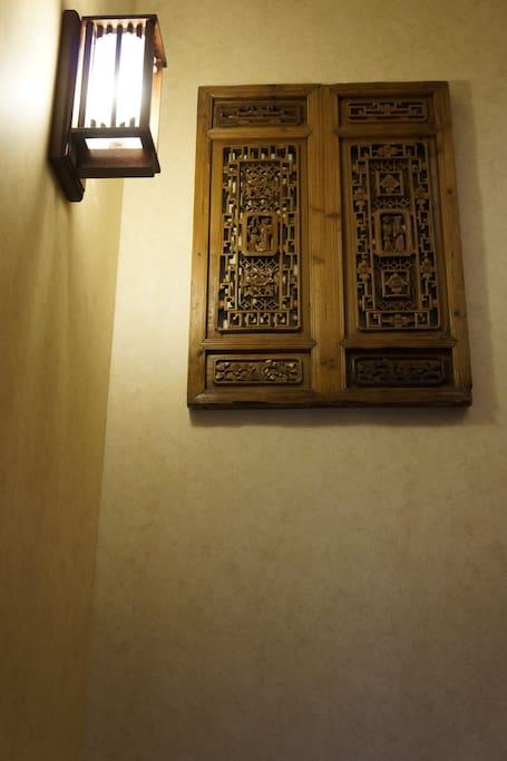 通往二层楼梯间的挂壁复古窗框