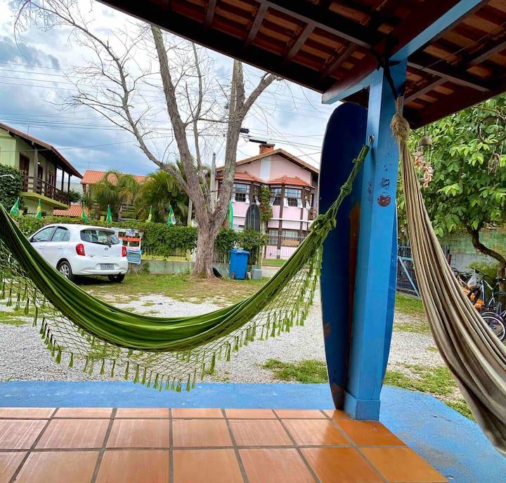 Hostel de Bem (a 70 metros da praia).
