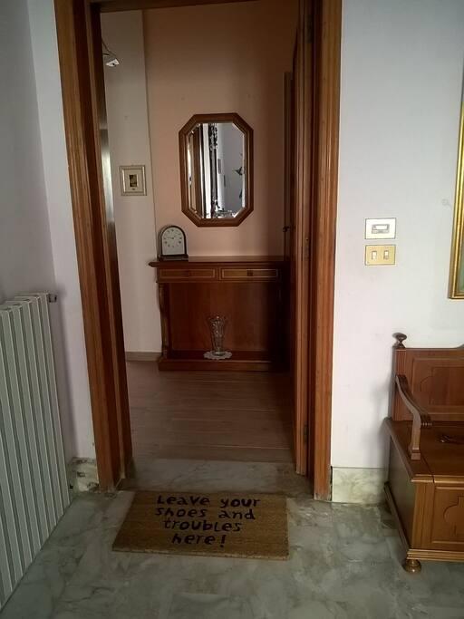 L'ingresso, con pavimento ristrutturato.