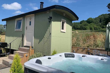 Romantic shepherds hut with hot tub Derbyshire