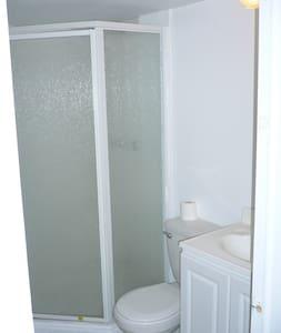 Spacious private room - มิสซิสซอกา - ที่พักพร้อมอาหารเช้า