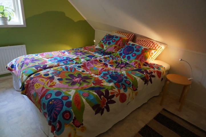 Sovrum med två stycken 80 cm breda sängar.