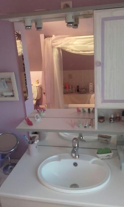 Salle de bain du haut avec baignoire