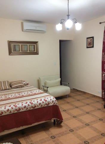 Habitación No.4 (2 camas dobles + 1 sofá cama)