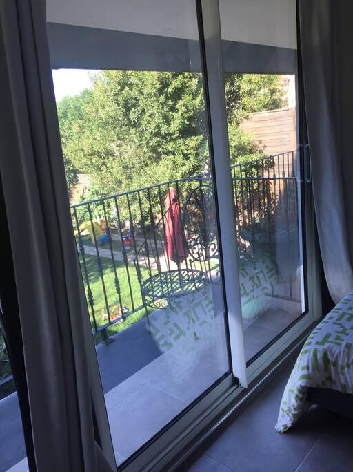 Fenêtre de la chambre et balcon