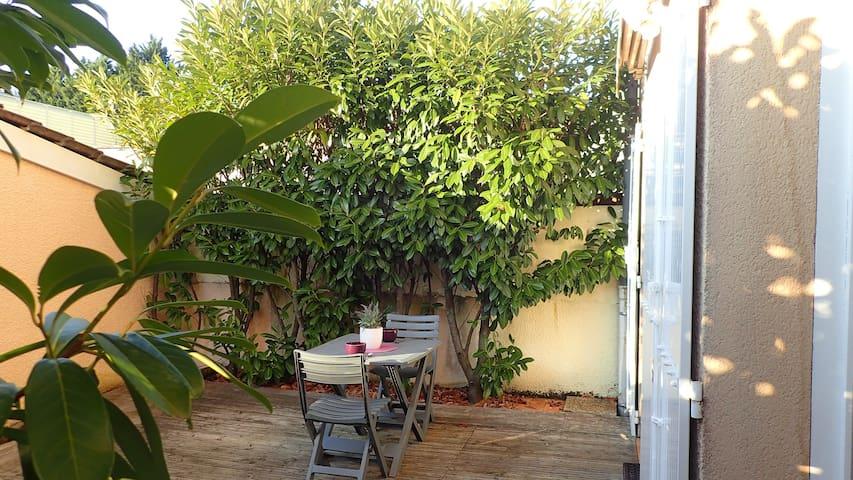 Une terrasse intime pour prendre son café en toute tranquilité