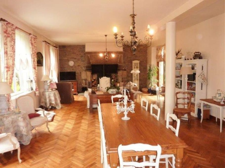 Salle à manger pour les petits déjeuners très spacieuse avec sa table familiale.☕️