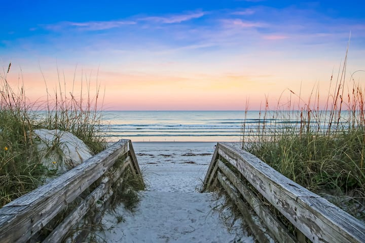 Enjoy SUNSETS at PRIVATE 1-BR in CRESCENT BEACH