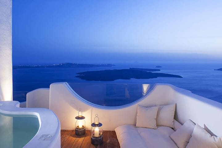 Villa Hypnos in Santorini with magnificent view