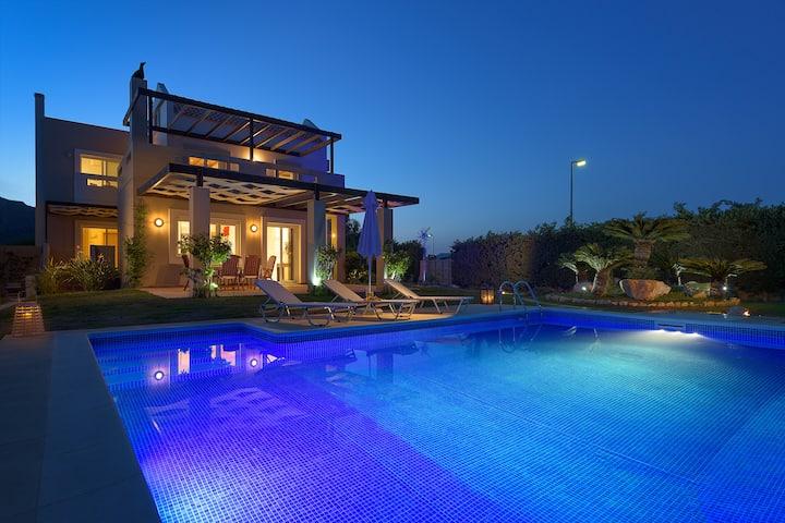 EverGreen Seaside Villa with swimming pool