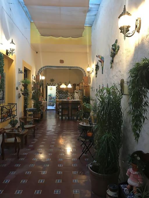Habitación ubicada en casa estilo colonial mexicano en Centro Histórico de Querétaro.