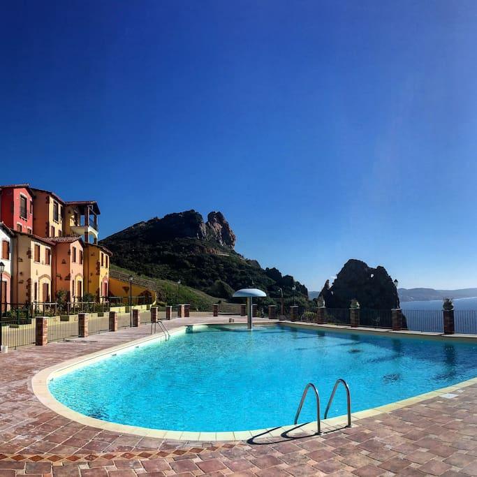 Piscina del Villaggio con vista mare