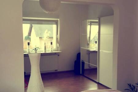 Modernes, schönes Zimmer 25 qm - Bergisch Gladbach - Apartment