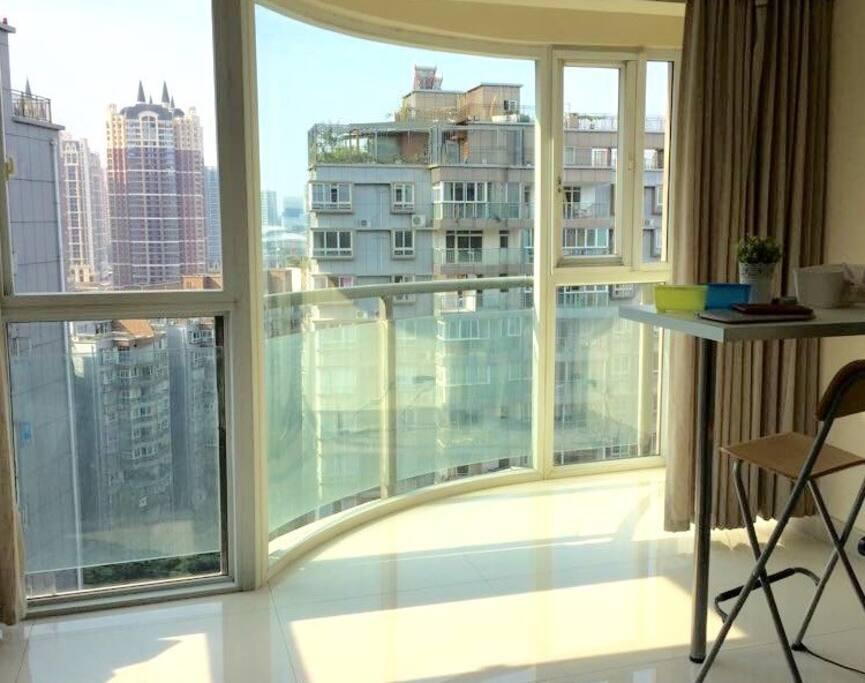 270度大落地窗,晒太阳,看书,发呆,还有折叠小木桌椅可以在阳台上吃火锅也是极好滴