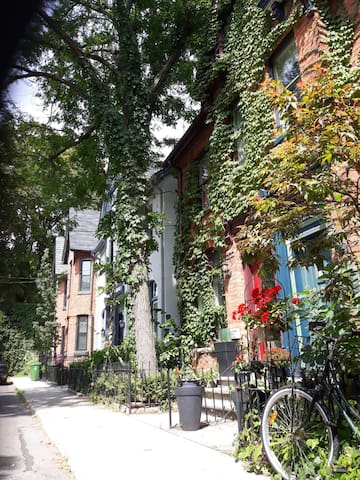 Cozy Cabbagetown Bedrooms - Downtown Toronto