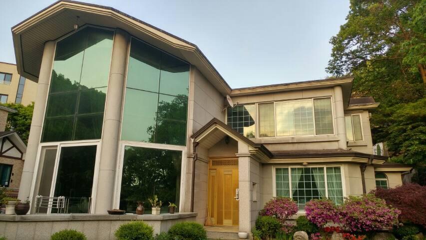 예쁜정원이 있는 숲속 단독주택 Luxury mansion w a lovely garden