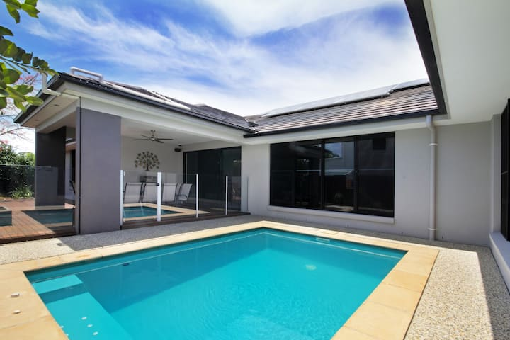 Modern Relaxed Lifestyle -Sleeps 10