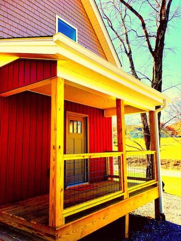 Quaint Cottage Close to Asheville & Mountains.
