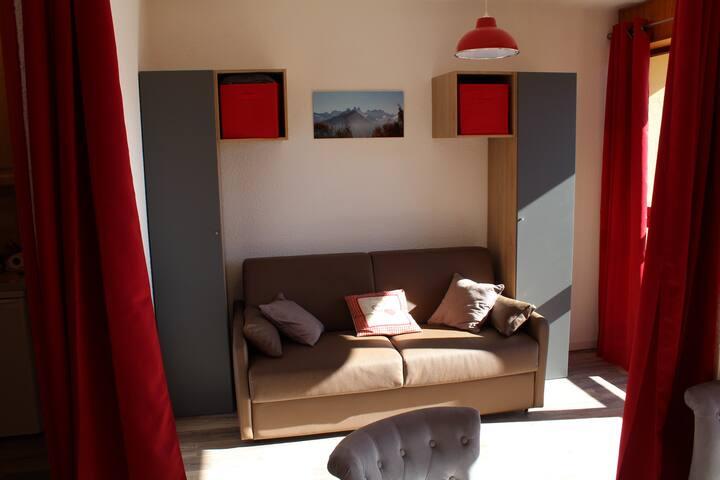Chambre équipée d'un Canapé-lit Type Rapido - Grand Confort ouverture facile et rangements -