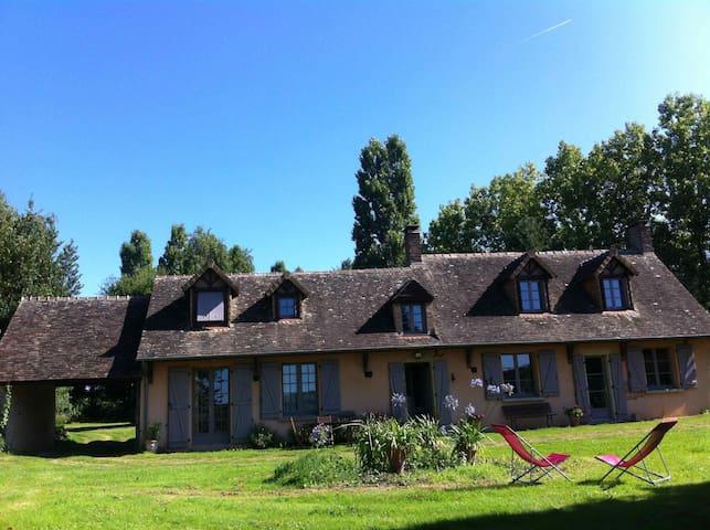 Belle maison ancienne dans un parc - Saint-Michel-de-Chavaignes - Dům