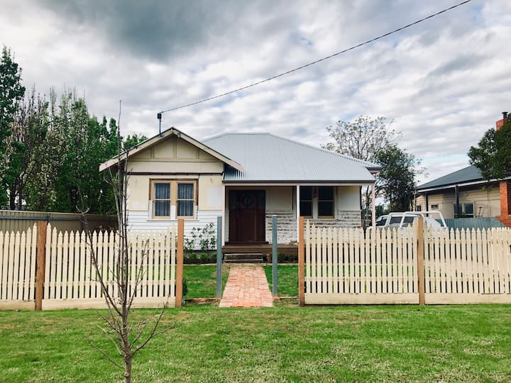 Sun filled 2 bedroom cottage, central Wodonga