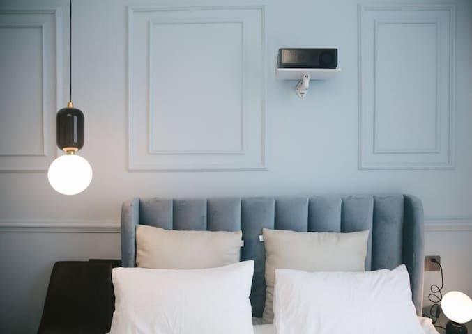 【Jolly House】地理位置超好法式灰蓝精致公寓,落地窗/投影仪/网红打卡约拍