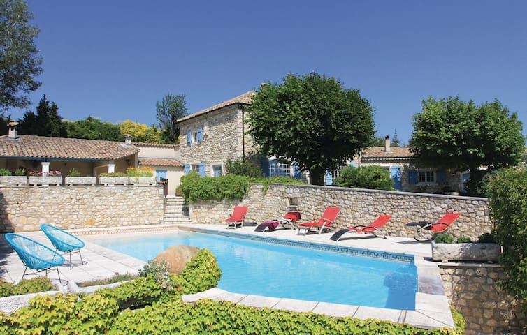 Holiday cottage with 4 bedrooms on 340 m²