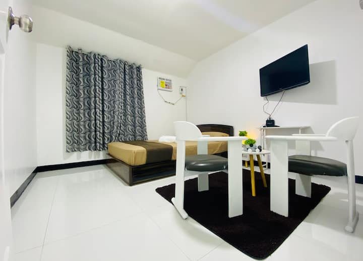 Town House |Near Clark Airport| AC | Wifi | Cable