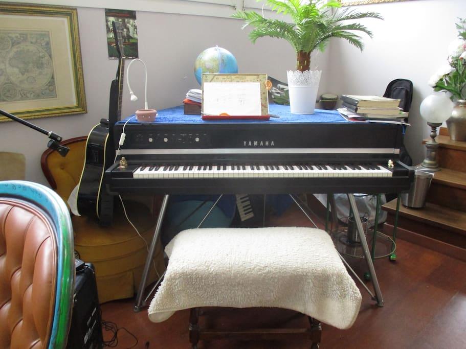 Mehrere Gitarren und dieses Piano darf man bei sachgemäßem Umgang auch mitbenutzen