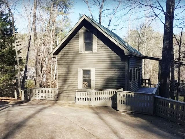 Cozy Cabin Close to Town - Fireplace/Grill/Deck
