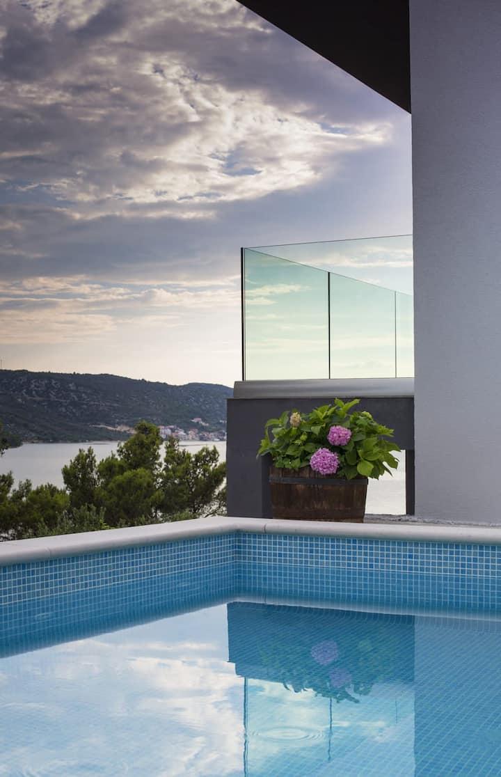 Luxury 4 Stars Villa Regina with pool and sea view