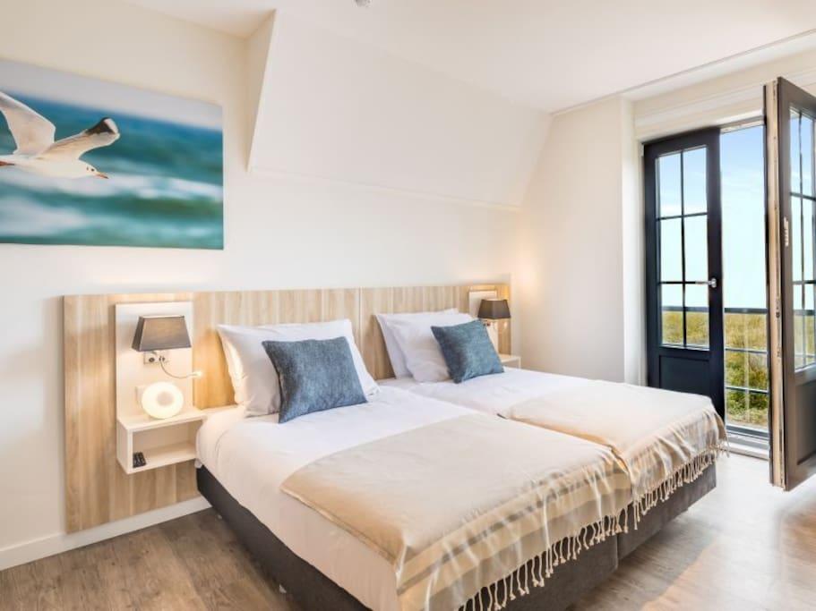 Slaapkamer, met uitzicht openslaande tuindeuren en uitzicht op het park