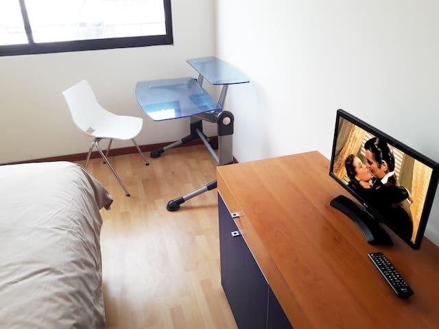 Recamara principal con escritorio