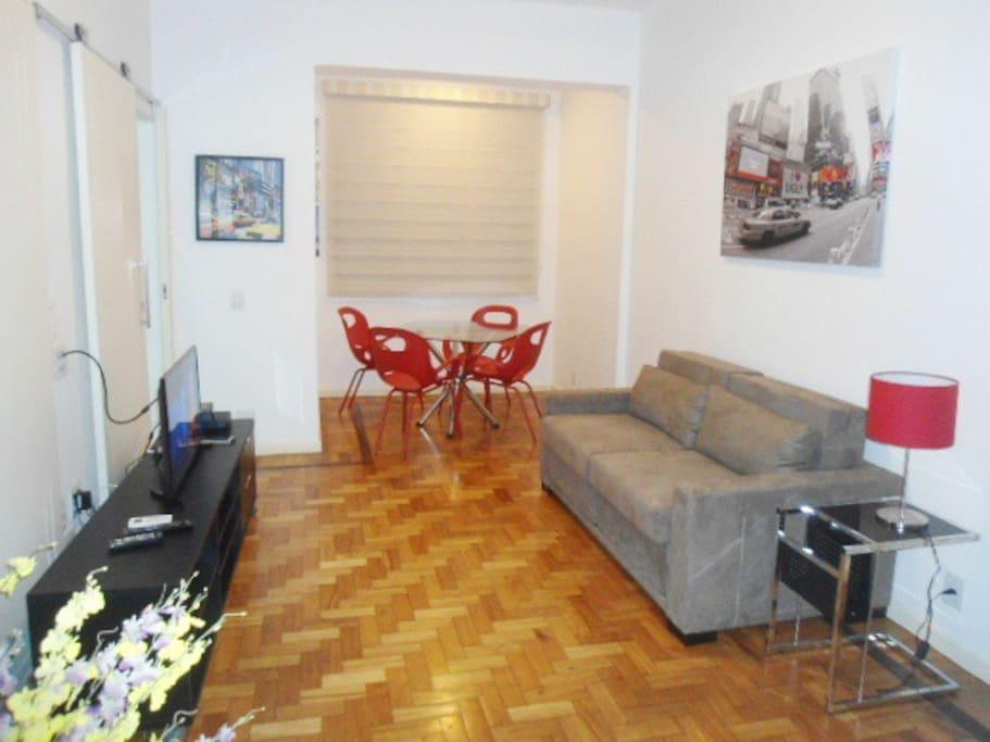 Sala de estar integrada a sala de jantar com split.