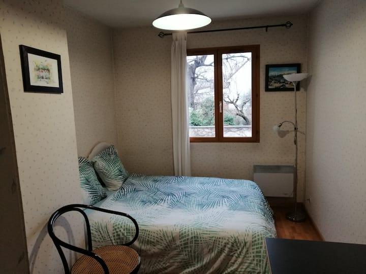 Chambre face Maison des Examens / Room near Paris