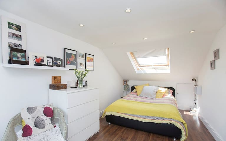 Amazing bedroom in a victorian house with a garden - Londen - Huis