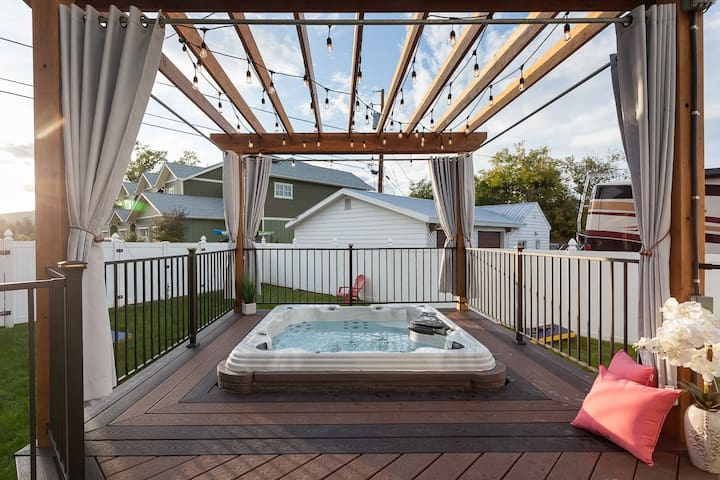 The Manse - Downtown Whitefish Home with Hot Tub