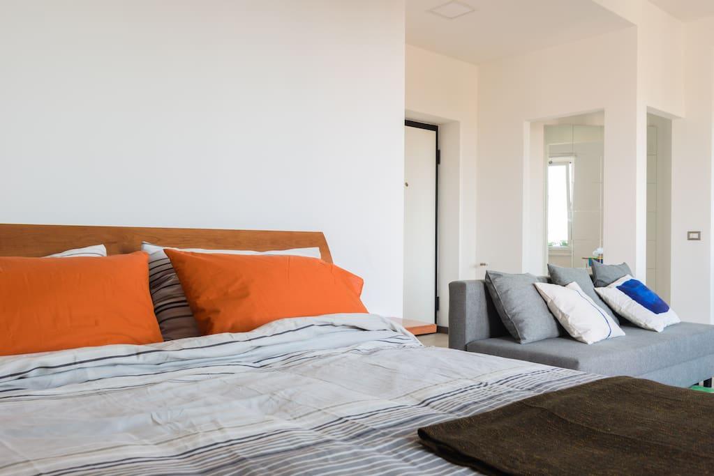 """Bed and sofa The sofa is 140x190 when opened to sleep - """"Je recommande ! L'appartement correspond exactement aux photos, est lumineux, spacieux et d'une propreté irréprochable. Michele est très facilement joignable et soucieux de ses hôtes."""" Julia"""
