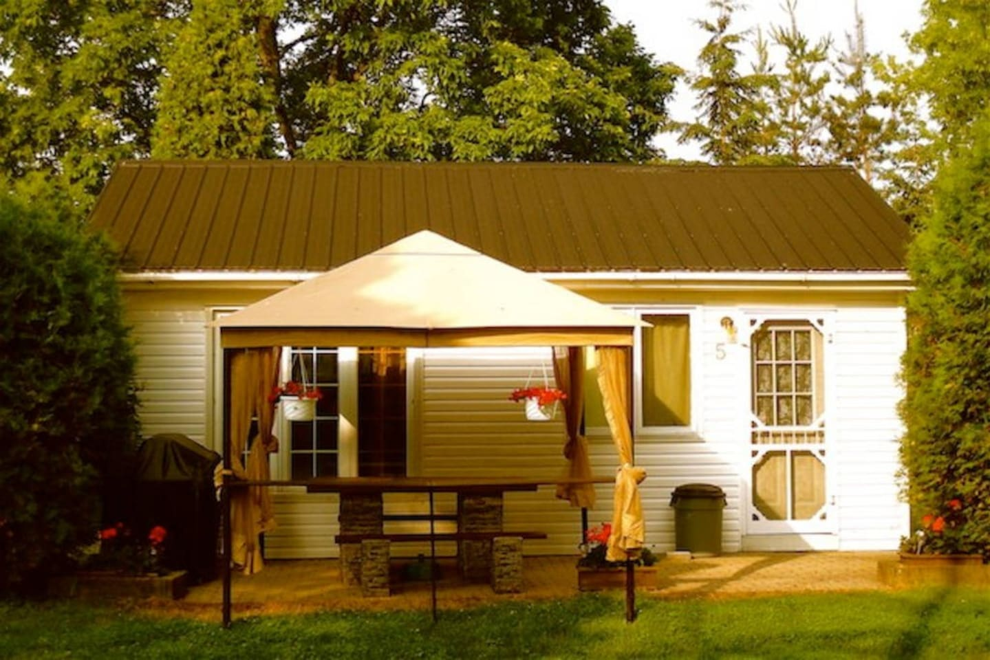 Cottage 5 - one bedroom with two queen size beds sleeps four people