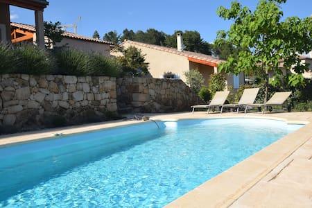 Charmante villa in Joyeuse Frankrijk met privézwembad