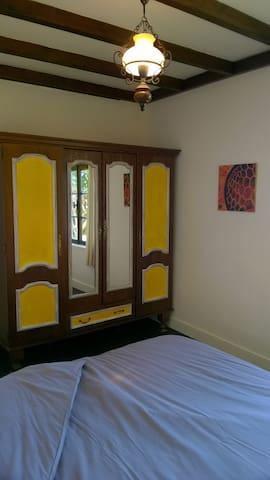 """""""La chambre jaune"""", lit en 160."""