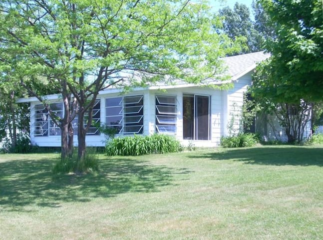Cozy Cottage on Large Lake Ontario Waterfront - Cape Vincent