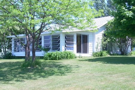 Cozy Cottage on Large Lake Ontario Waterfront - Cape Vincent - Bungalow