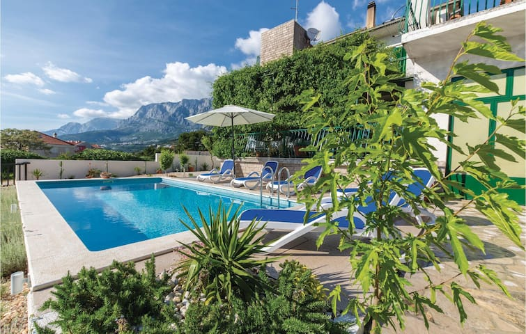 Holiday cottage with 4 bedrooms on 200m² in Makarska