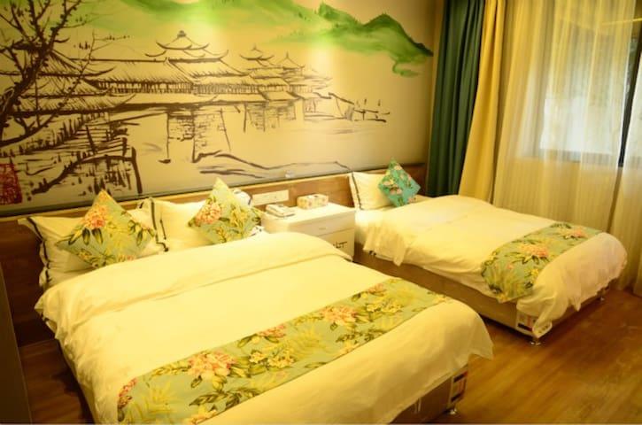 位于繁华闹市中的一亩独院,上世纪复古办公楼改造的山水温馨亲子房 - Guilin - Casa