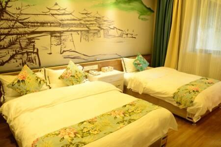位于繁华闹市中的一亩独院,上世纪复古办公楼改造的山水温馨亲子房 - Guilin