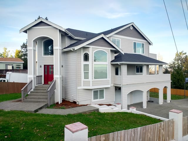 Cozy home by SeaTac Airport!Sleeps up to 18 people