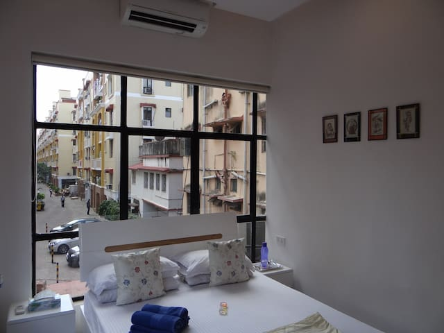 2kms from airport, modern decor, quiet, free WiFi! - Kolkata - Gjestehus