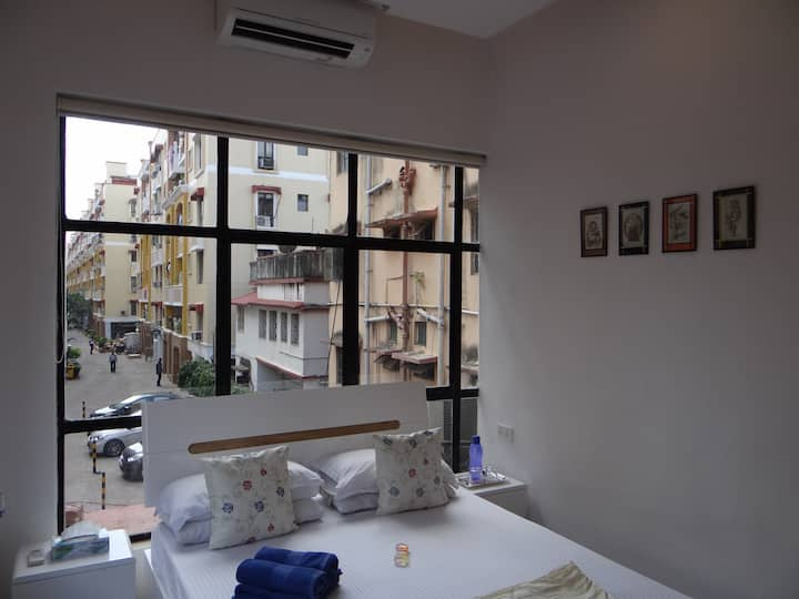 2kms from airport, modern decor, quiet, free WiFi!